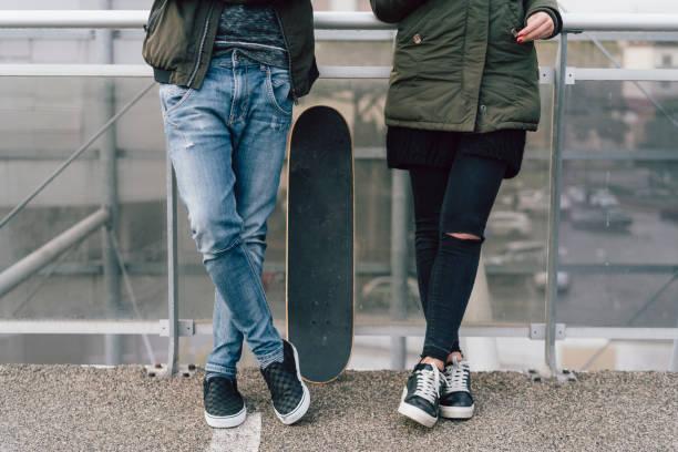 teenagers friends using smartphones together - compagni scuola foto e immagini stock