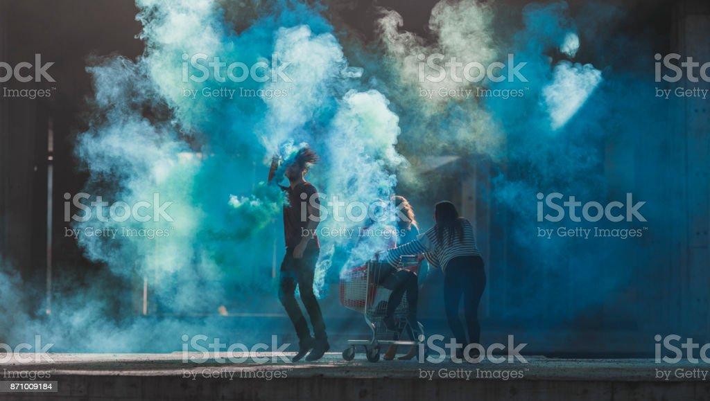 Adolescentes que se divierten con bombas de humo - foto de stock