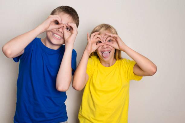 Jugendliche in Zahnspangen Spaß. Jungen und Mädchen, die lustige Grimassen Grimasse. Gesundheit, Freundschaft, Freunde und Jugendliche Konzept. – Foto