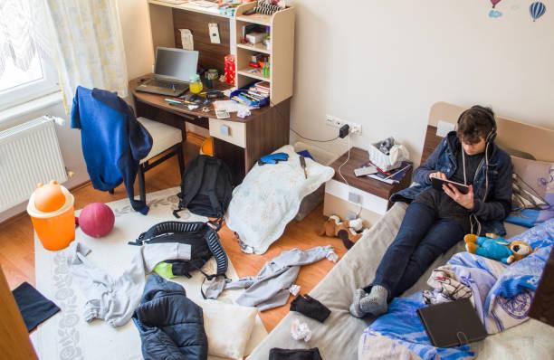 teenager unordentlichen zimmer - jugendalter stock-fotos und bilder