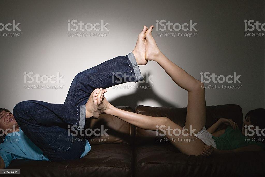 Adolescenti playfighting - foto stock