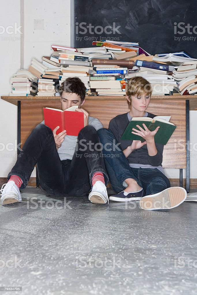 Teenagers reading books royalty-free 스톡 사진