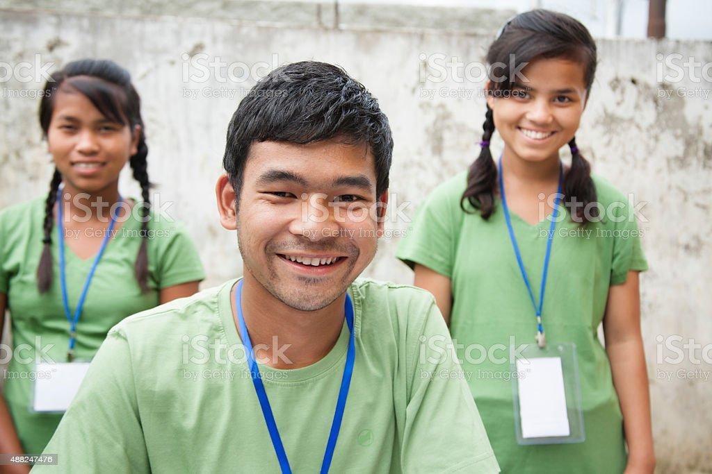 Adolescentes registro del evento de caridad voluntario,. Grupo multiétnico. - foto de stock