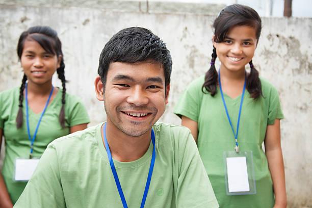 adolescentes registro del evento de caridad voluntario,. grupo multiétnico. - ayuda humanitaria fotografías e imágenes de stock