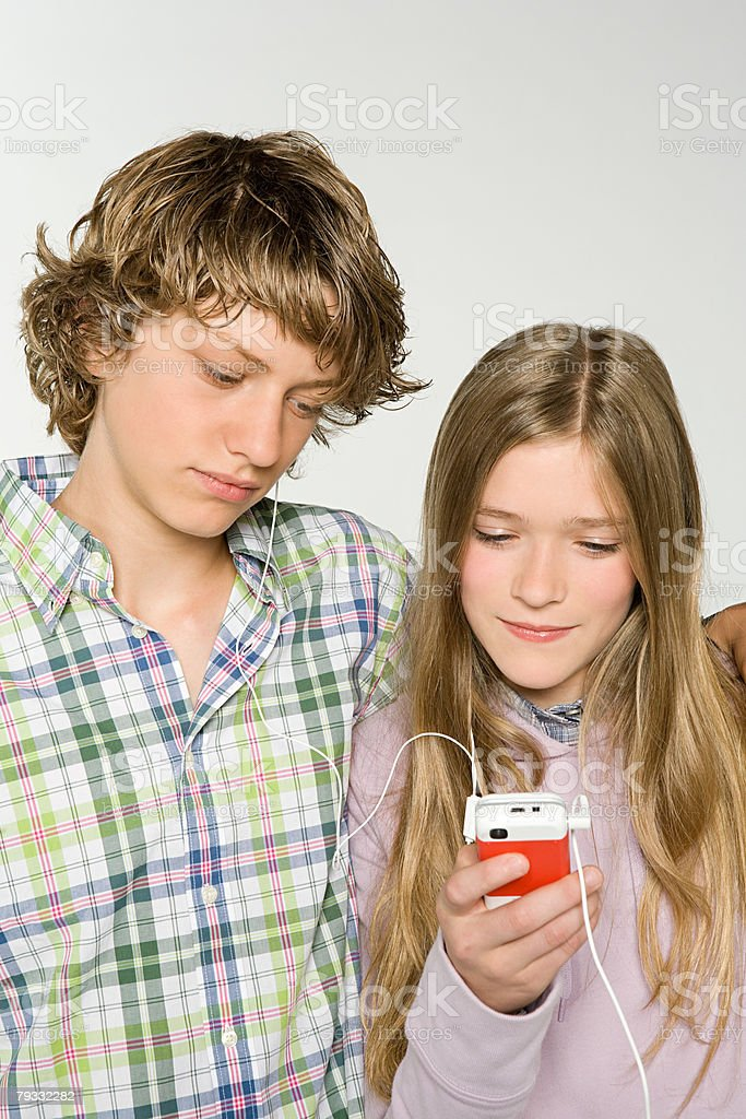Teenagers sharing an mp3 player royalty-free 스톡 사진
