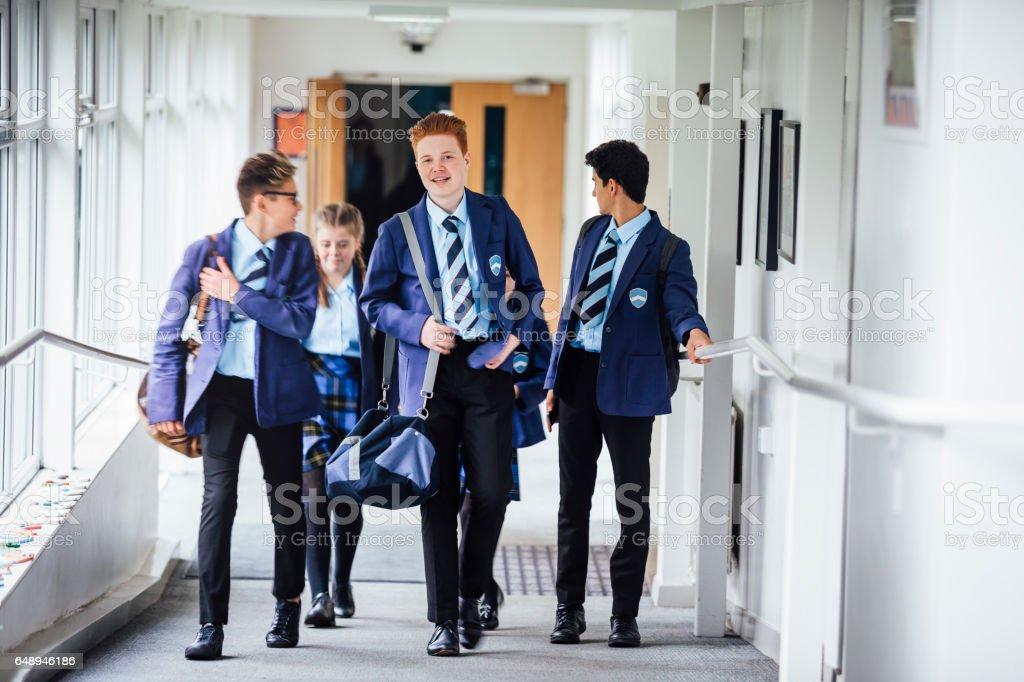 Jugendliche, die zu Fuß zur nächsten Lektion in der Schule – Foto