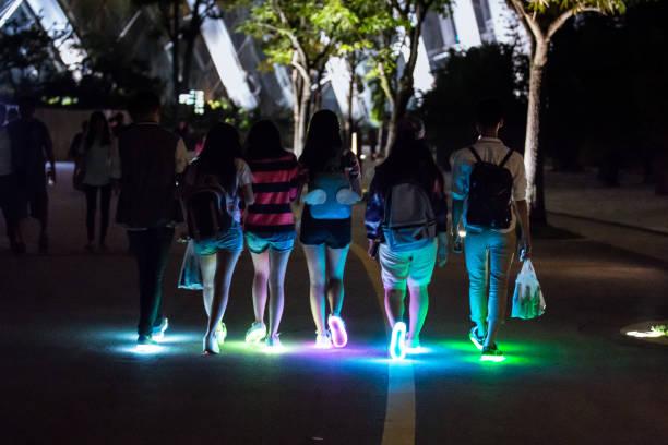 jugendliche tragen schuhe leuchten - neontasche stock-fotos und bilder