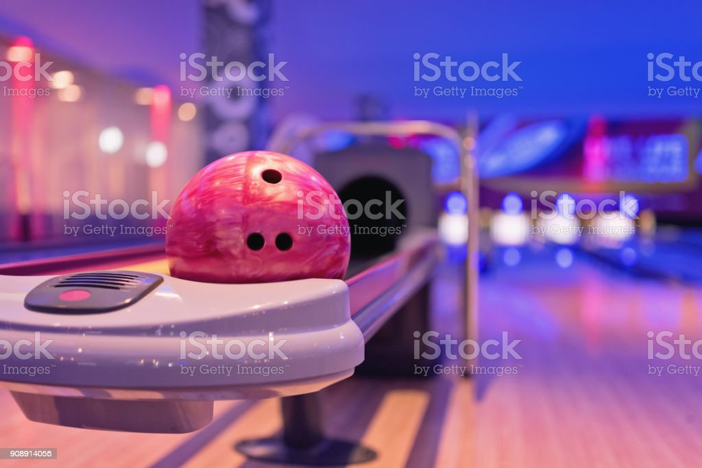 Teennager Holding-Bowling-Kugel. – Foto