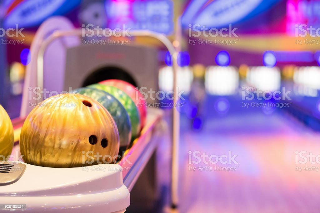 Teennager holding boule de bowling. - Photo
