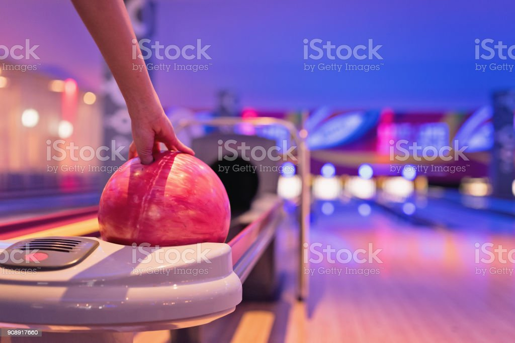 Teennnager-Holding-Bowling-Kugel. – Foto
