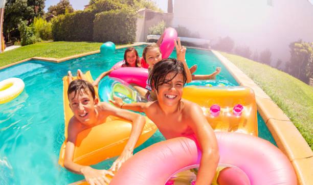 Jugendliche, die Spaß am öffnen Luft-Swimming-Pool-party – Foto