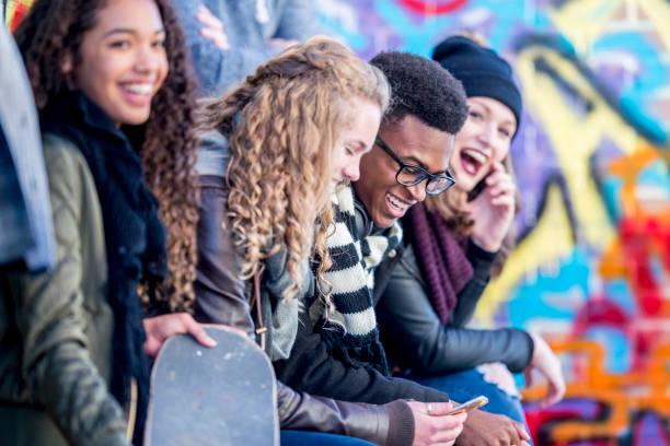 jugendliche im urbanen umfeld - high school bilder stock-fotos und bilder