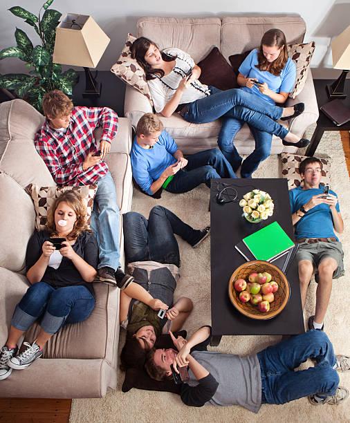 adolescenti sms in un soggiorno - divano procrastinazione foto e immagini stock