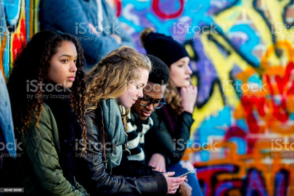 Adolescentes com tecnologia - foto de acervo