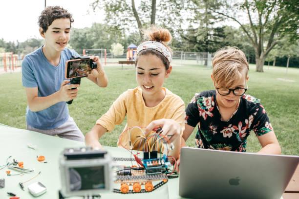 Adolescentes trabajando en proyecto de robótica - foto de stock