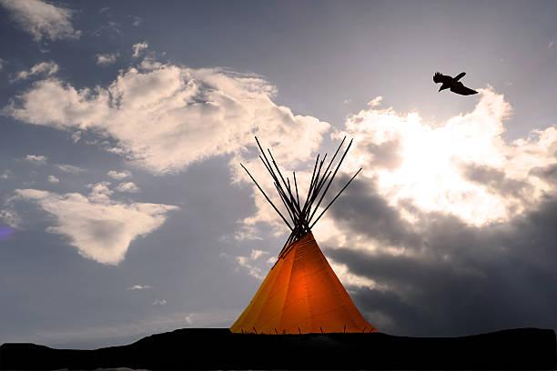 indianerzelt und dunkle sonnenuntergang- licht in teepee- rabe oben - indianer tipi stock-fotos und bilder