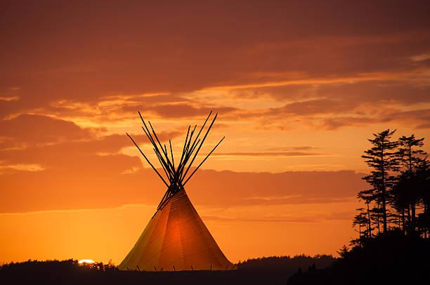 indianerzelt und sunset- im tipi hellem gold - indianer tipi stock-fotos und bilder