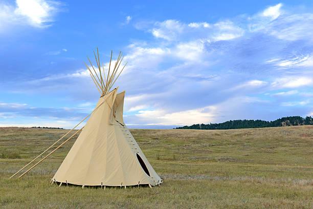 indianerzelt (tipi) von great plains native americans - indianer tipi stock-fotos und bilder