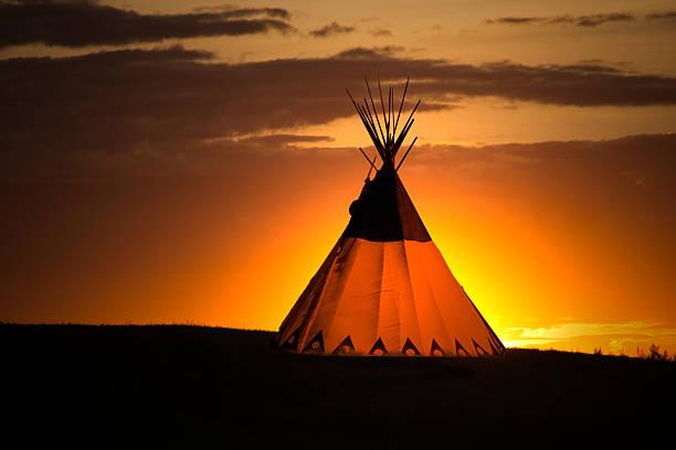 tipi im sonnenaufgang - indianer tipi stock-fotos und bilder