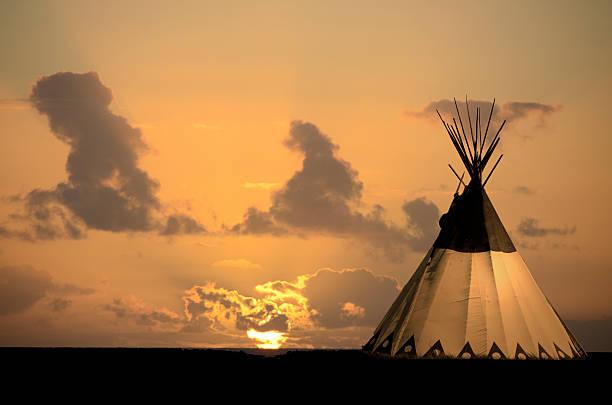 tipi im sonnenuntergang auf grassland praire. - indianer tipi stock-fotos und bilder