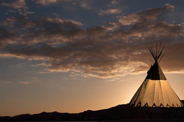 tipi im sonnenuntergang - indianer tipi stock-fotos und bilder
