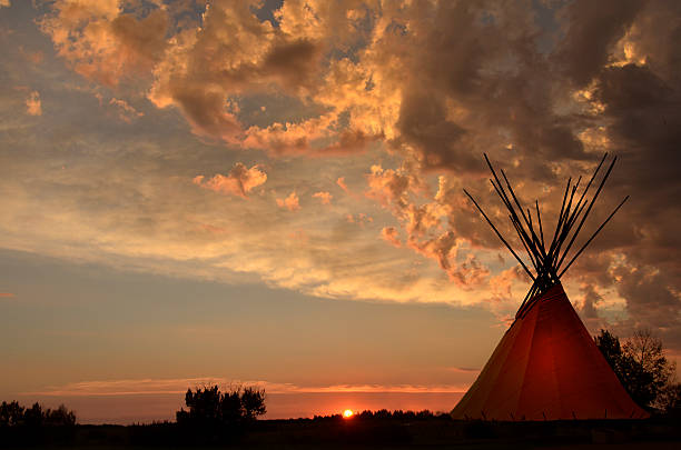 teepee camp and gold, dark,  sunset- light in teepees - indianer tipi stock-fotos und bilder