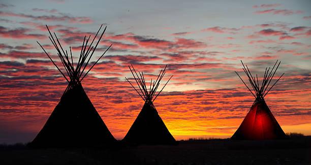 teepee camp and gold, dark,  sunset- light one teepee - indianer tipi stock-fotos und bilder