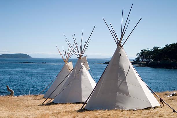 indianerzelt camp nahe dem wasser - weidentipi stock-fotos und bilder