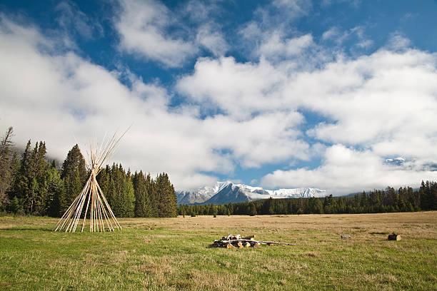 indianerzelt frame - kanada rundreise stock-fotos und bilder