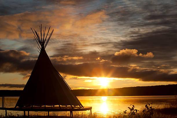 indianerzelt auf den sonnenuntergang - indianer tipi stock-fotos und bilder