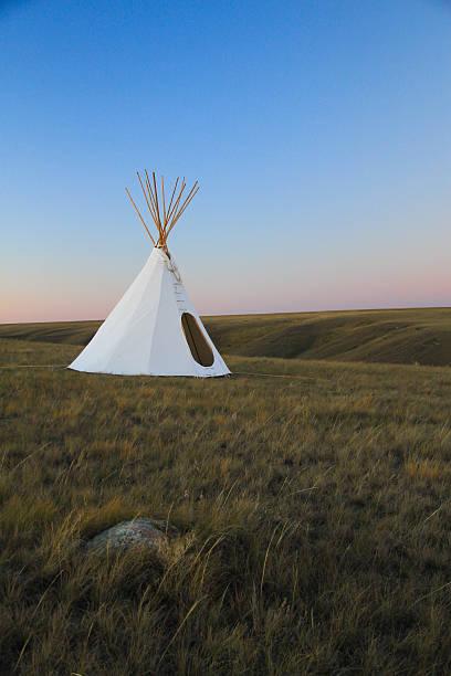 indianerzelt auf der grassland - indianer tipi stock-fotos und bilder