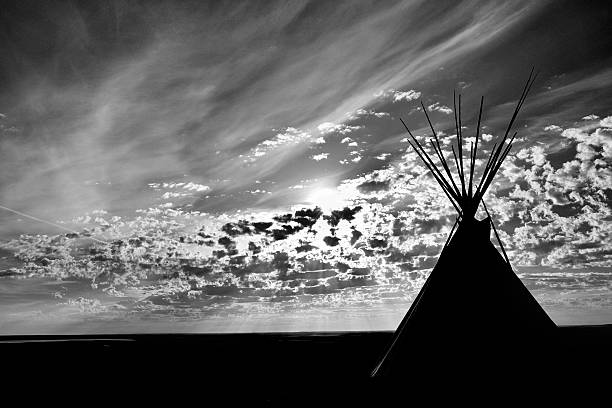teepee sunrise - indianer tipi stock-fotos und bilder
