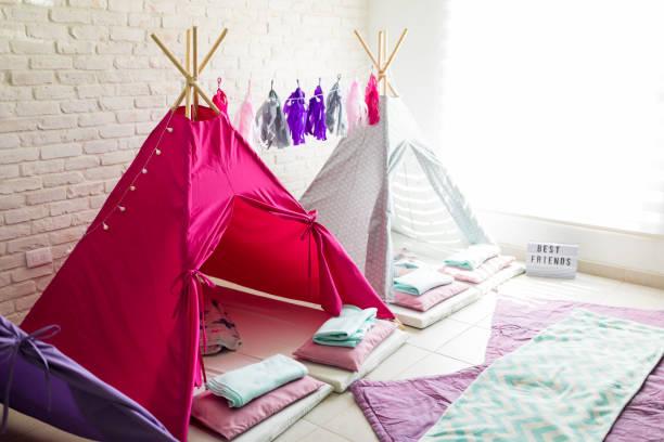 teepee tält för pajama party hemma - fort bildbanksfoton och bilder