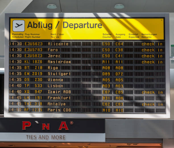 tegel flughafen abflug informationsanzeige in berlin, deutschland. - sprüche zeit stock-fotos und bilder