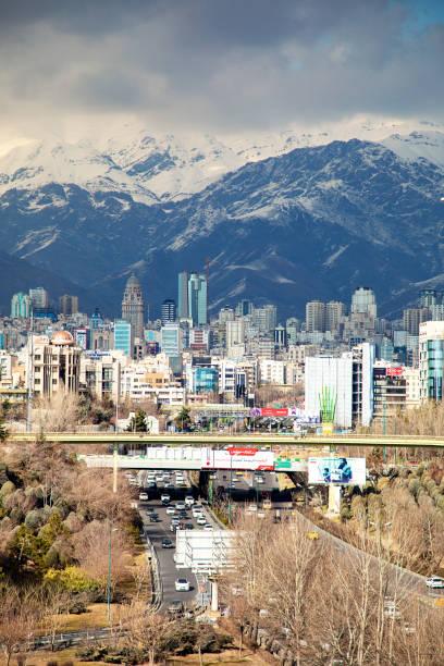 Teheran met berg op achtergrond foto