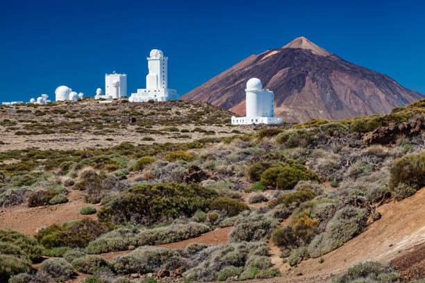 teide observatory (observatorio del teide) und berg teide im hintergrund, teneriffa, kanarische inseln, spanien. - hohe warte stock-fotos und bilder