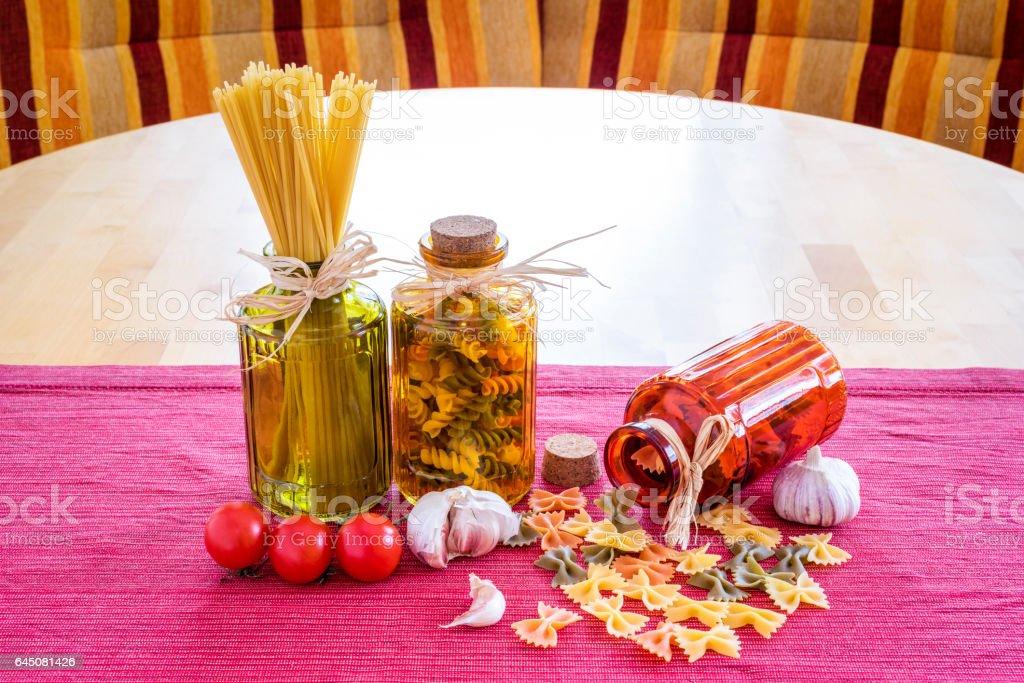 Teigware mit Tomaten und Knoblauch stock photo