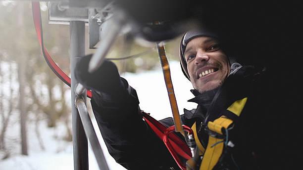 Telecommunication manual high worker engineer climbing an antenna – Foto
