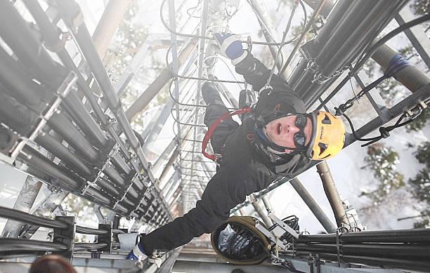 Telecommunication manuelle high worker engineer Antenne reparieren  – Foto