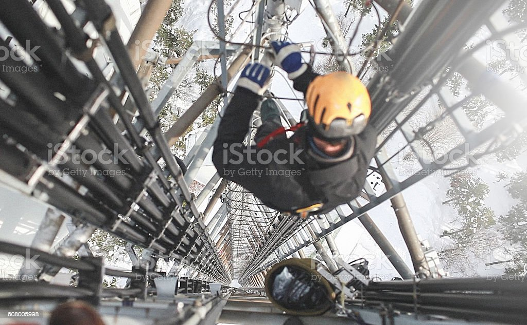 Telecomunicazioni manuale lavoratore ingegnere riparare l'antenna ad - Foto stock royalty-free di 5G