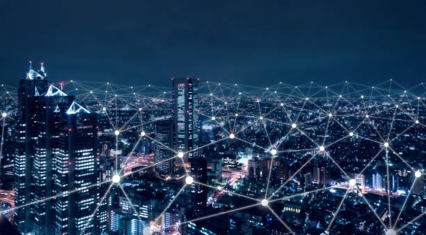 sieć telekomunikacyjna nad miastem, bezprzewodowa mobilna technologia internetowa dla inteligentnej sieci lub połączenie danych 5g lte, koncepcja iot, globalny biznes, fintech, blockchain - sieć komputerowa zdjęcia i obrazy z banku zdjęć