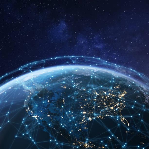 Telekommunikationsnetz über Nordamerika aus dem All bei Nacht mit Stadtlichtern in den USA, Kanada und Mexiko, Satelliten umkreist Planet Erde für Internet of Things IoT und Blockchain-Technologie – Foto