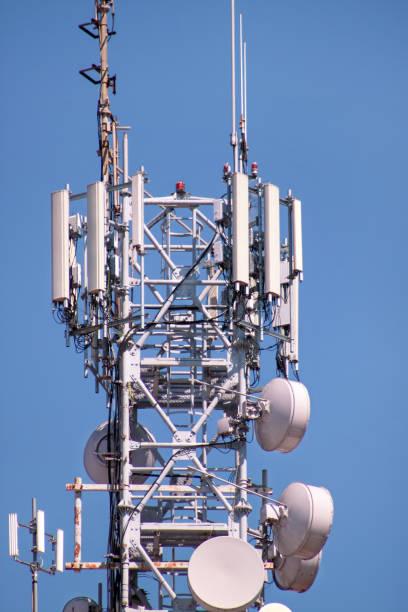 Repetidores de rede de telecomunicações, estação base transceptor. Torre de comunicação sem fio antena transmissor e repetidor. Torre de telecomunicações com antenas. Torre de telecomunicações de telefonia celular. - foto de acervo