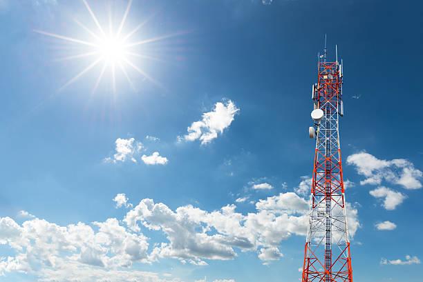 telecomunicazioni radio antenna satellitare e torre - 4g foto e immagini stock