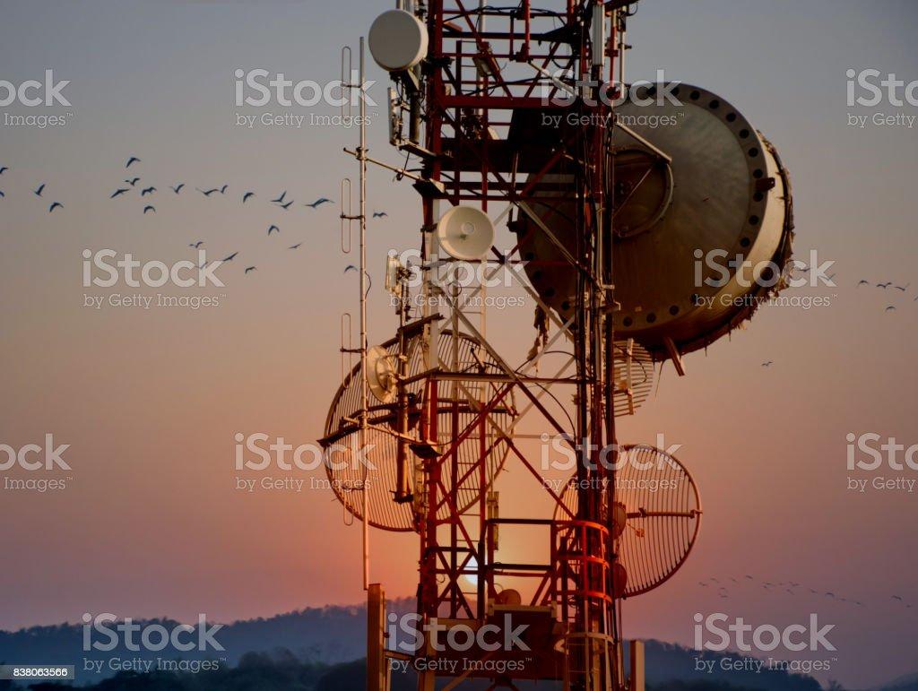 Torre de telecomunicaciones antenas con puesta de sol - foto de stock