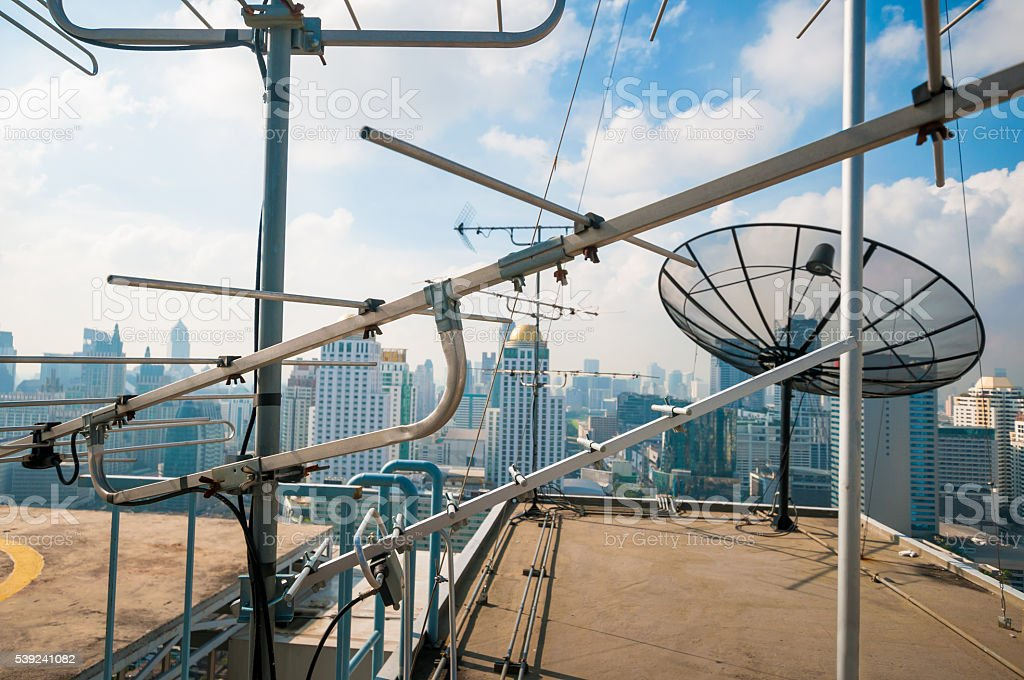 Torre de telecomunicaciones en la ciudad foto de stock libre de derechos