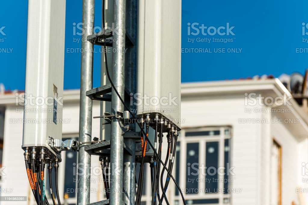 Telecommunication tower of 4G and 5G cellular made by Huawei at Istanbul of Turkey. Wireless Communication Antenna Transmitter. - Foto stock royalty-free di 4G