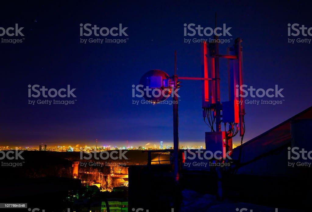 Telekomünikasyon Kulesi, anten ve uydu çanak ve gece arka plan olarak şehir stok fotoğrafı