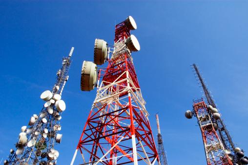 Telecomunicazioni Torre Blu Con Nuvole Di Skye - Fotografie stock e altre immagini di Annuncio