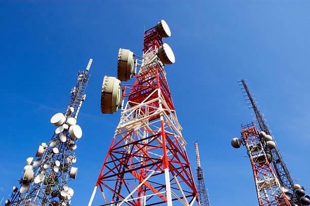 telecomunicazioni torre, blu con nuvole di skye - ripetitore foto e immagini stock